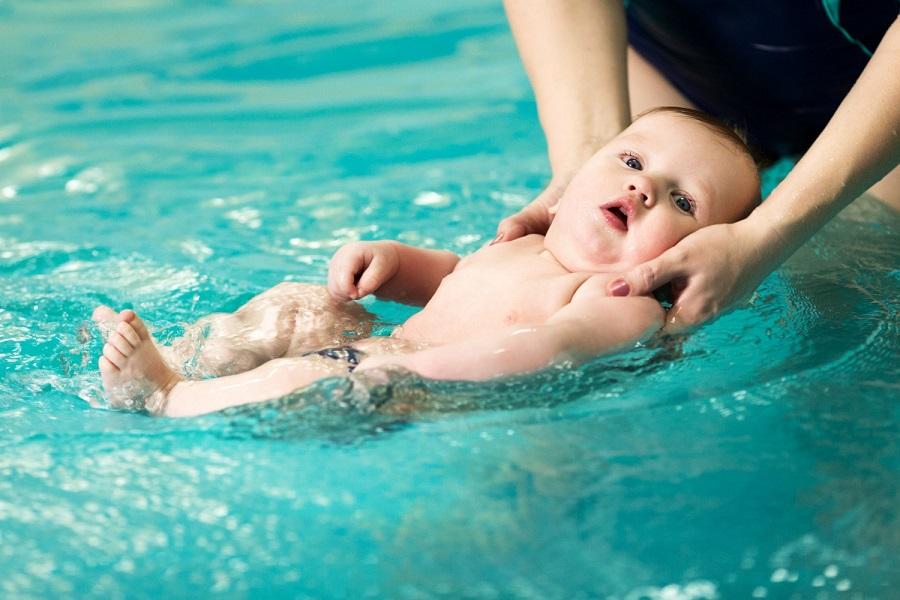 Когда можно учить ребенка плавать?